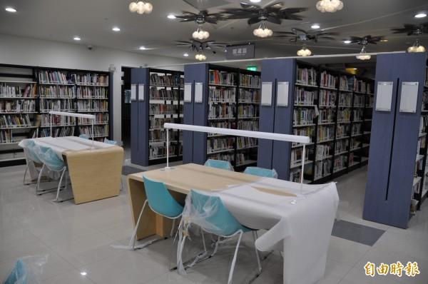 桃園市立圖書館紅梅分館可藏書兩萬冊。(記者周敏鴻攝)