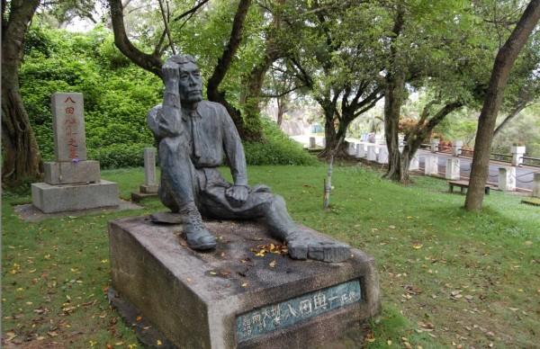 位在烏山頭水庫內的八田與一銅像(尚未遭斬首前景象)。(資料照,嘉南農田水利會提供)