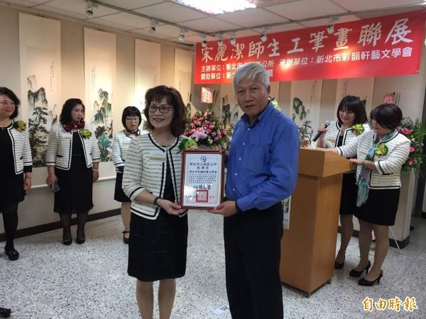 土城區公所區長楊志宏頒發感謝狀給宋麗潔。(記者邱書昱攝)