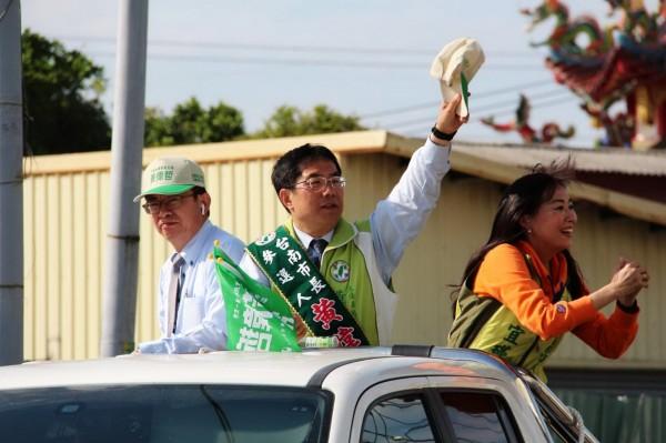 前勞動部政務次長郭國文(左)卸官替黃偉哲輔選,被視為功臣之一。(記者吳俊鋒翻攝)