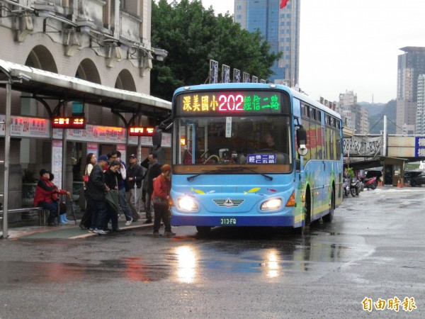 基隆市公車處將為公車投保第三人責任險,最快今年7月實施。(記者盧賢秀攝)