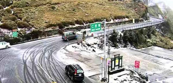 合歡山遊客中心前的即時監視器拍下路面結冰。(圖擷自網路)