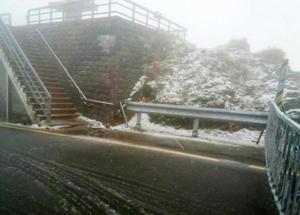合歡山上已下冰霰,有些路段結冰。(仁愛警分局提供)