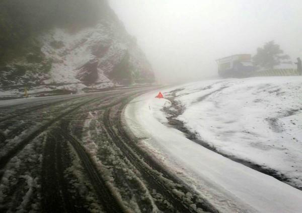 合歡山公路已下冰霰,路面結冰。(仁愛警分局提供)