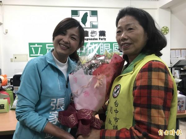張家銨贈送母親劉淑蘭一束康乃馨。(記者李忠憲攝)