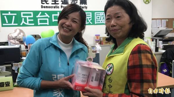 張家銨贈送保健食品給母親劉淑蘭。(記者李忠憲攝)