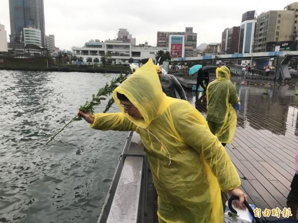 受難者家屬在海洋廣場獻花追思。(記者林欣漢攝)