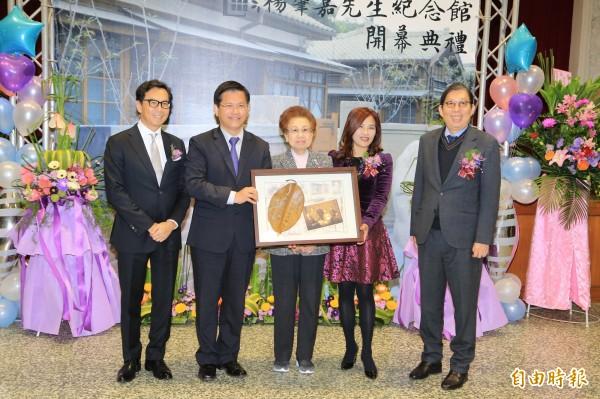 台中市長林佳龍致贈感謝狀予富邦集團總裁夫人蔡楊湘薰,感謝其捐贈成立紀念館及出借楊家人文物。(記者歐素美攝)