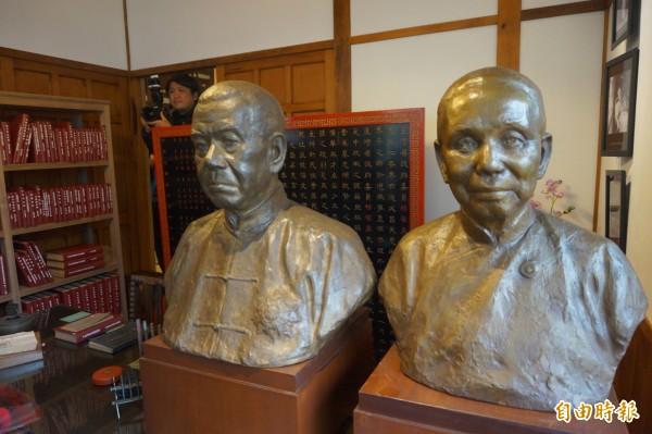 楊肇嘉先生紀念館內的楊肇嘉夫婦銅像。(記者歐素美攝)
