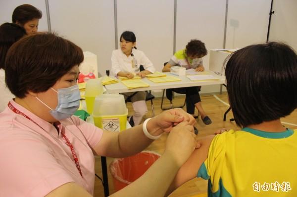 彰化縣全面為縣內國一女生公費接種最新型9價子宮頸癌疫苗,由衛生醫療專業人員進駐校園替學生接種。(記者張聰秋攝)