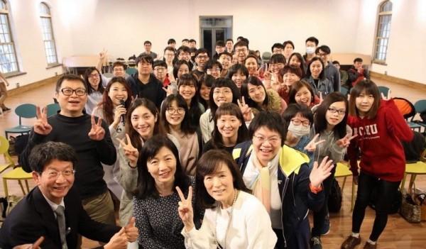 成功大學舉辦「科技女力論壇 」,校長蘇慧貞(圖最前)鼓勵婦女朋友勇於作自己。(記者洪瑞琴翻攝)