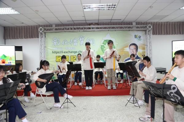 鹿港國中演奏的樂器,全數都是來自二手樂器,符合惜物再利用的精神。(鹿港國中提供)
