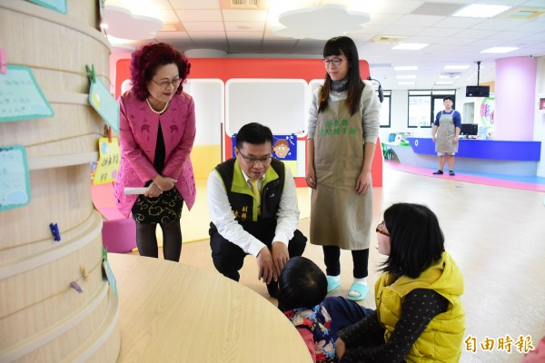 副縣長林明裕蹲下來跟待在夢想館玩耍的小朋友互動。(記者張聰秋攝)