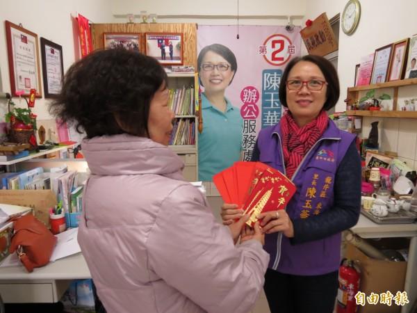 林阿姨(左)抱著感恩的心,捐款助弱勢,龍井東海里長陳玉華(右)代收,並感謝林阿姨的愛心,會轉捐給弱勢獨老及邊緣戶。(記者蘇金鳳攝)