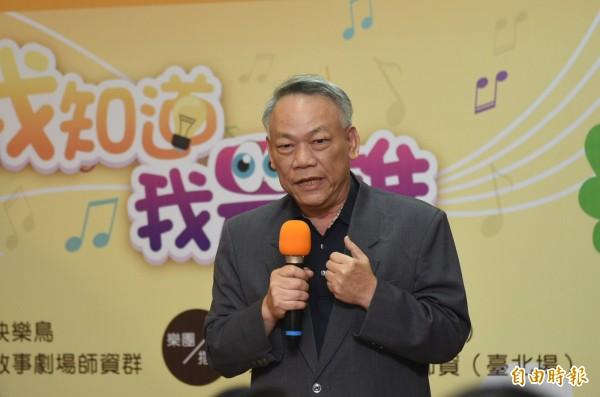 喜憨兒基金會執行董事蘇國禎歡迎大家買票進場欣賞。(記者張忠義攝)