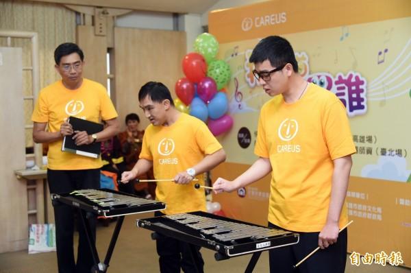 今天下午記者會中由小瑀(右一)、小貿(右二)的打擊樂器揭開序幕,很難想像他們當初對樂器可是一竅不通。(記者張忠義攝)