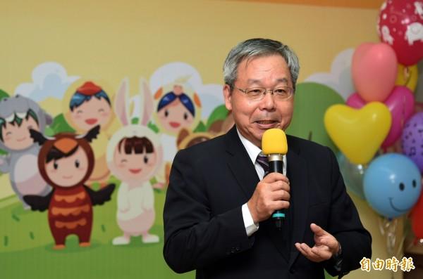 聯邦銀行涂洪茂副總經理表示,透過藝術療育過程,有助於憨兒們肢體協調的發展。(記者張忠義攝)