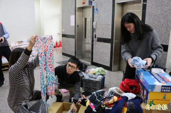 因屢有民眾捐贈穿過的貼身衣物及破舊泛黃的二手衣,使家扶中心志工人力及存放空間難以負荷,因此停收二手衣物。(記者鄭名翔攝)