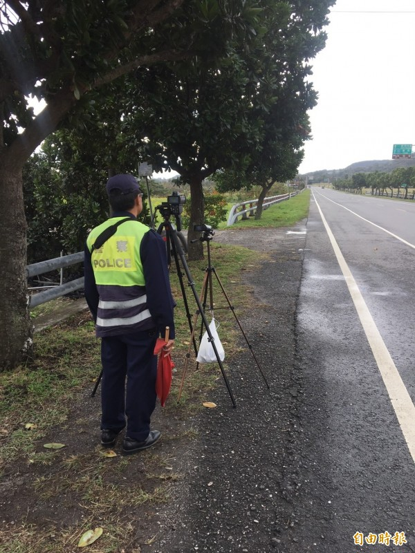 警方舉發超速不鬆手,籲南迴台9線用路人遵守速限。(記者陳賢義攝)