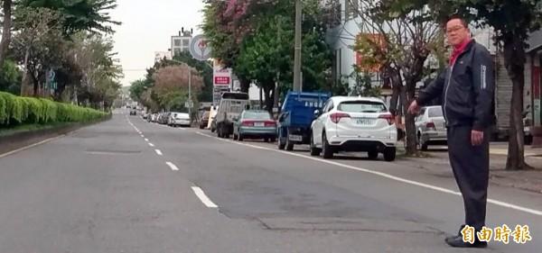 南投縣議員洪明科抨擊南投市南崗路如「乞丐補丁裝」,非但影響市容,更危及民眾行車安全。(記者謝介裕攝)