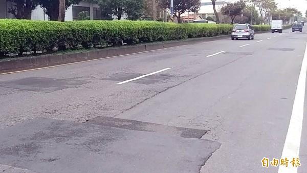 南投市南崗路處處可見一塊塊大小不一的補丁奇觀。(記者謝介裕攝)