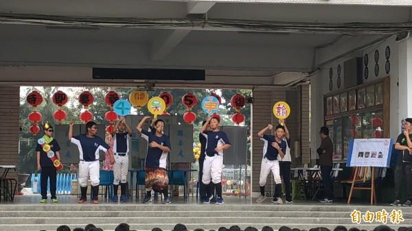 屏東市復興國小今天舉辦模範生選舉,競選表演很有看頭。(記者羅欣貞攝)