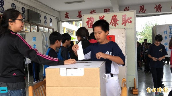 學生踴躍投票。(記者羅欣貞攝)