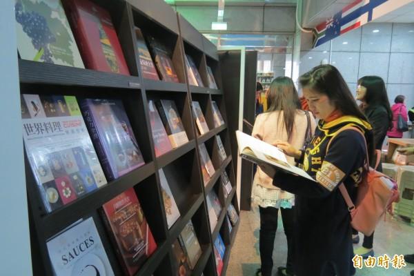 益品書屋前進新住民中心書展。(記者蘇孟娟攝)