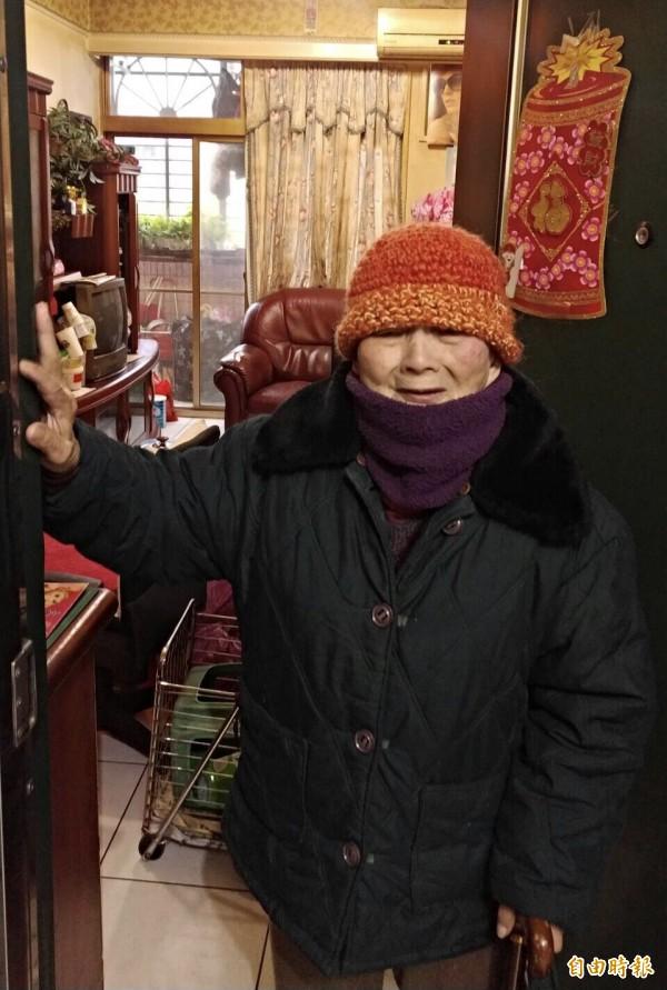 65歲兒負氣離家,陳老奶奶天天倚門盼兒歸。(巫婉瑤提供)