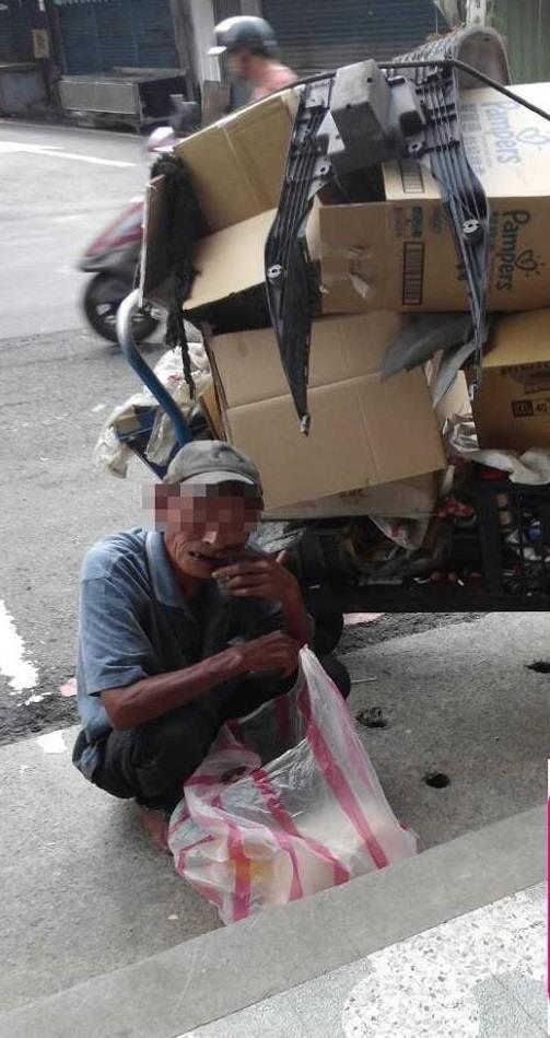 65歲陳伯伯堅持自食其力靠撿拾回收維生。(巫婉瑤提供)(記者李容萍攝)