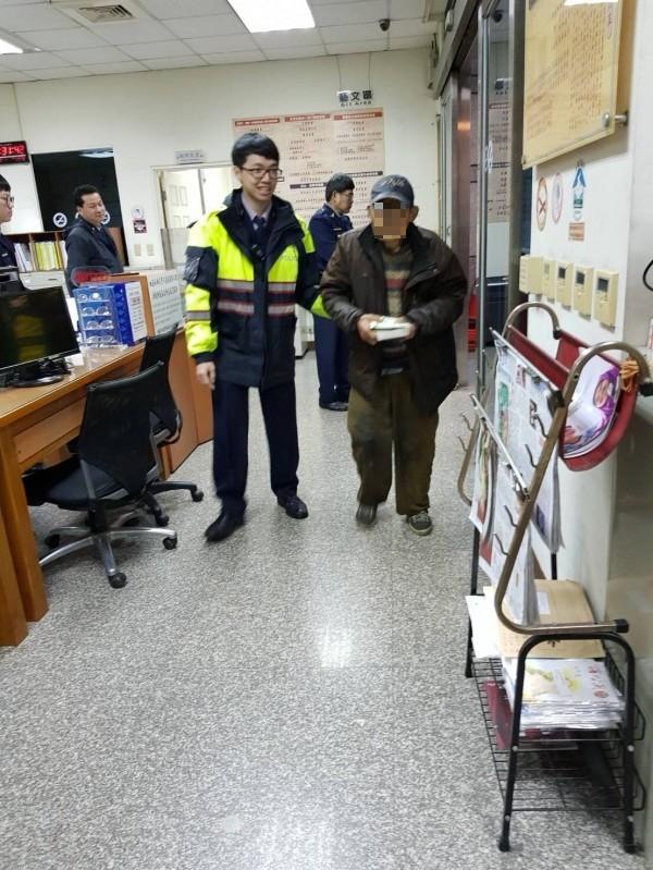 大溪警分局南雅派出所員警發現陳伯伯,力勸他回家。( 記者李容萍翻攝)(記者李容萍攝)