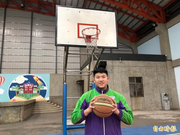 黃柏翔是籃球校隊,平時安靜不多話,未料是個主動助人的小暖男。(記者陳昀攝)