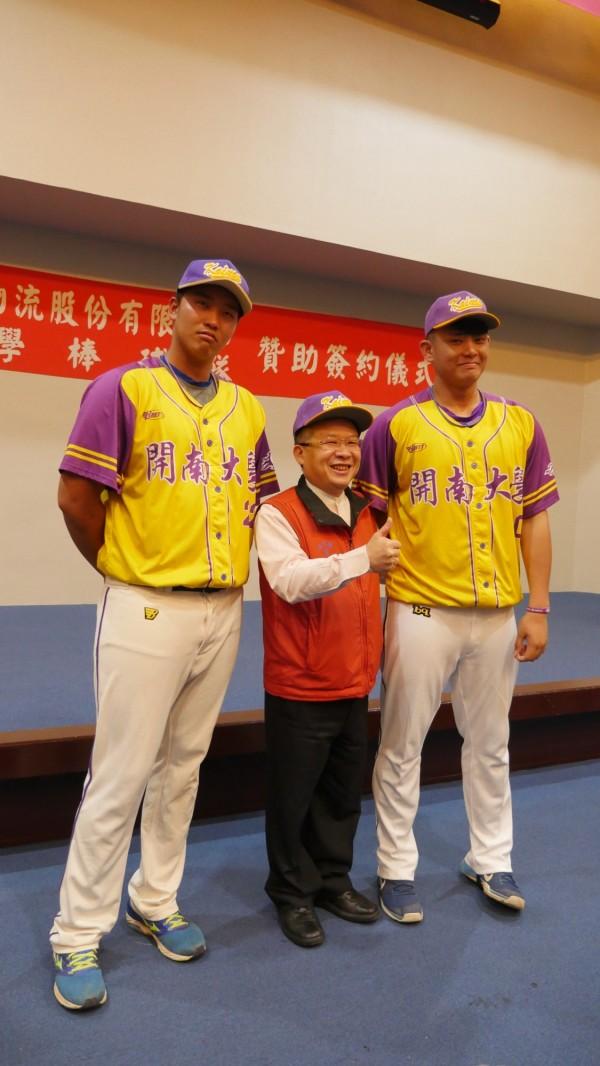 身高190公分以上的棒球隊員俎品辰(左)與林鋅杰(右),與綽號190(佰九)、小時候擔任捕手的周國福站在一起,畫面形成對比。(開南大學提供)
