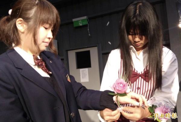 38婦女節,桃園市至善高中今製作38朵象徵「愛」和「美」的玫瑰花手環,送給二度造訪的日本駿台甲府高等學校師生。(記者李容萍攝)