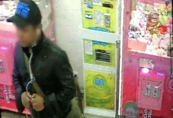 竊嫌發現機台上有一台iphone8 plus手機,四處張望伺機下手。(記者吳昇儒翻攝)