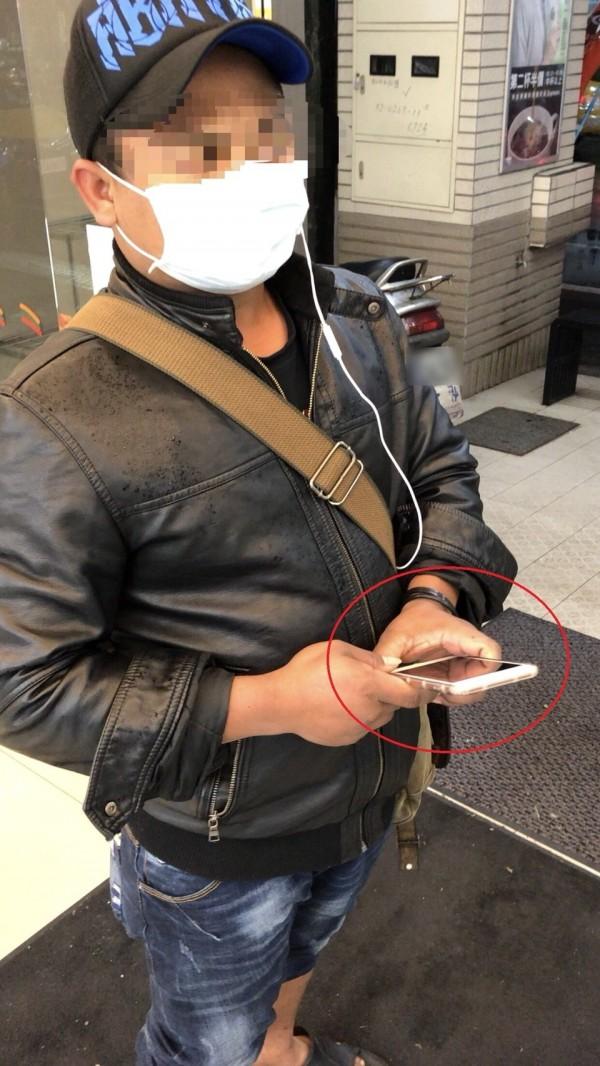 竊嫌發現放在包包內的手機響了,只好承認犯行。(記者吳昇儒翻攝)