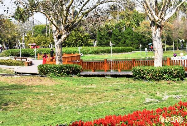 民眾置身在美麗的彰化縣溪州公園,有綠意有花香,生活品質向上提升,而環境維護好,關鍵在環境教育扎根有成。(記者張聰秋攝)