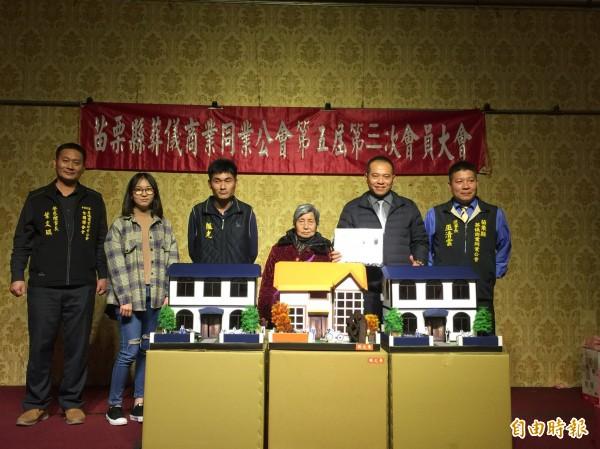 一家四代皆從事殯葬業的陳先生幸運抽中「透天豪宅」。(記者鄭名翔攝)