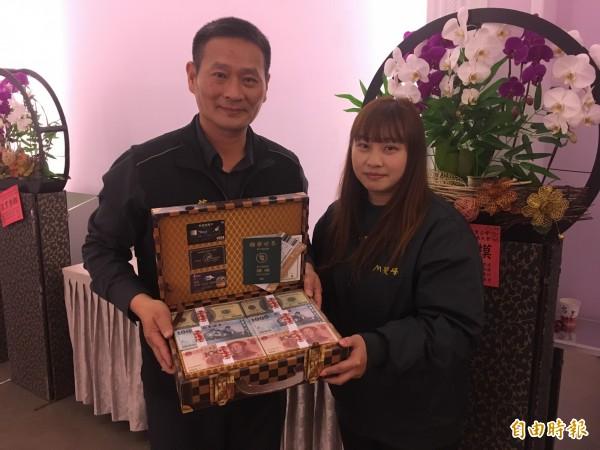 抽中一卡皮箱「現金」的李小姐表示,要將獎項捐出提供給有需要的弱勢民眾。(記者鄭名翔攝)