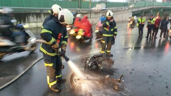 台北市消防局出動水箱車3輛、救護車1輛共14名救災救護人員馳往救援,所幸騎士及時跳車,並未受傷。(記者陳恩惠翻攝)
