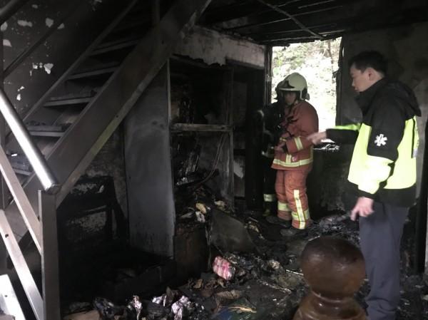二樓房間被燒到全毀(記者吳昇儒翻攝)