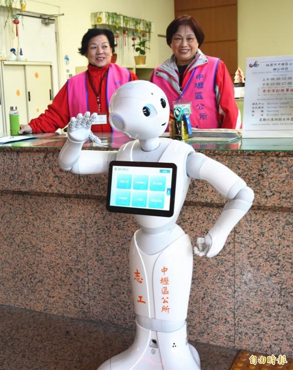 Pepper機器人加入中壢區公所成為新志工,讓洽公民眾感受AI人工智慧技術所帶來的全新市政服務體驗。(記者李容萍攝)