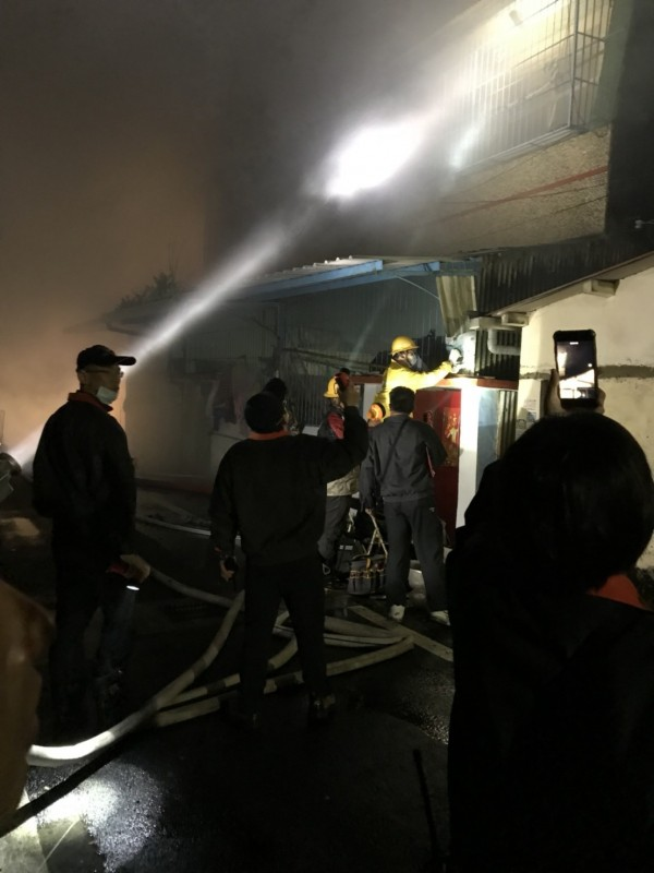 嘉義縣義竹鄉發生火警,消防人員救出受困女子。(記者林宜樟翻攝)