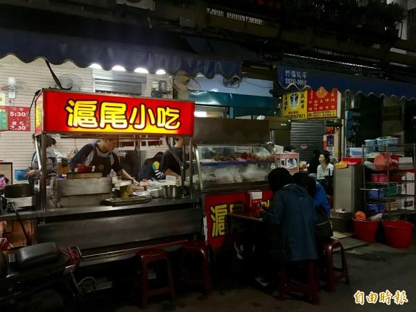 滬尾小吃在淡水區中山路,介於路邊攤、小吃店間的隨興。(記者陳心瑜攝)