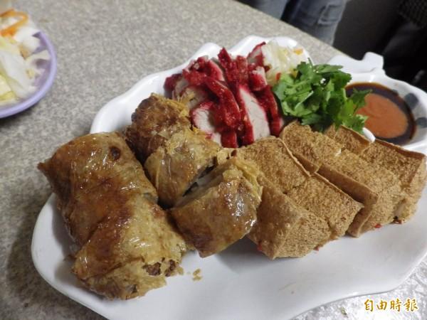 滬尾小吃招牌菜「三炸」五香肉捲、紅燒肉和炸油豆腐。(記者陳心瑜攝)