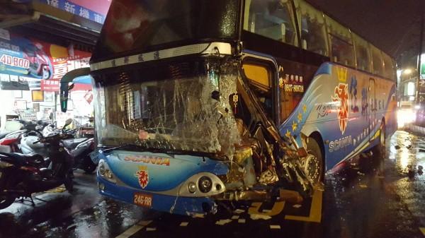圖中遊覽車草嶺旅遊返回八德途中,自撞釀11人受傷。(記者李容萍翻攝)