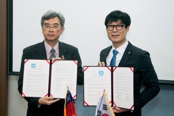 國立海洋生物博物館館長陳啟祥與韓國樂天水族館館長高正樂博士簽訂合作備忘錄。(國立海洋生物博物館提供)