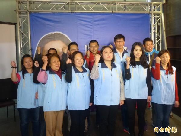 金門縣議員陳玉珍(前排右三)由工作團隊陪同,宣布投入年底縣長選戰。(記者吳正庭攝)