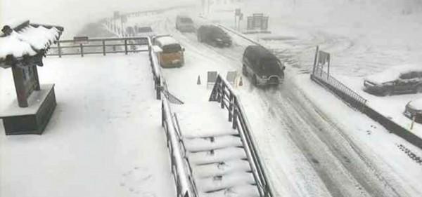 合歡山武嶺亭前的路面有厚厚的積雪。(圖擷自網路)