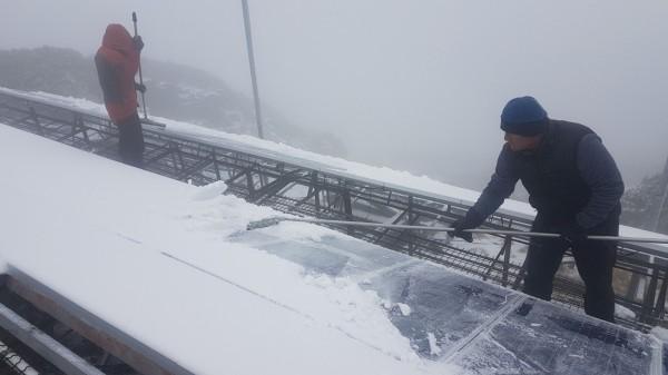 氣象站人員忙著剷雪。(記者劉濱銓翻攝)
